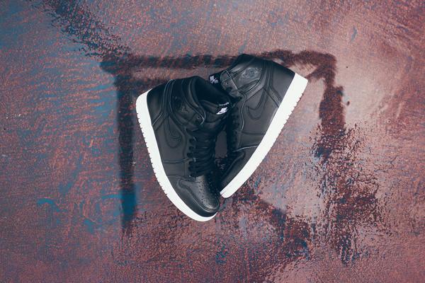 Air_Jordan_1_High_OG_555088_006_Nike_Cyber_Monday_Black_WHite_Sneaker_Politics_Hypebeast-8_grande