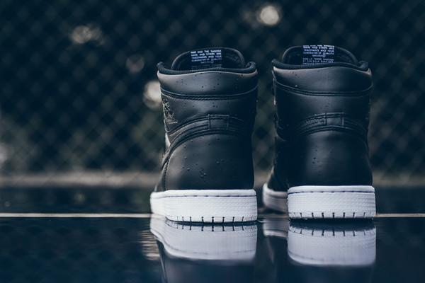Air_Jordan_1_High_OG_555088_006_Nike_Cyber_Monday_Black_WHite_Sneaker_Politics_Hypebeast-9_grande